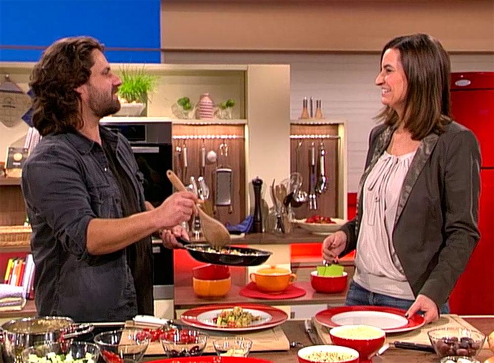 Adam Bousdoukos kocht sein Quinoa-Gericht bei der Sendung DAS! vom NDR